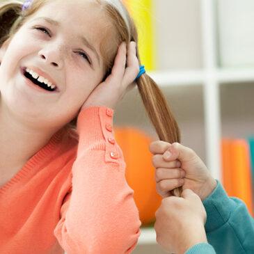Tu niño con autismo tira del pelo, muerde, lanza objetos, rompe cosas, tira la comida, mete la mano en el plato mientras come, escupe, se quita la ropa fuera de casa, se golpea continuamente… ¿No sabes cómo hacer que desaparezcan?
